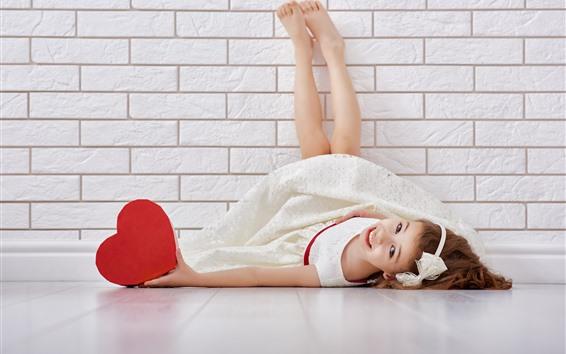 Fondos de pantalla Chica asiática feliz, acostado en el suelo, corazón de amor rojo, pared