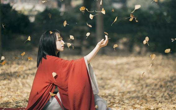 Fondos de pantalla Vestido rojo de niña asiática, juega hojas amarillas.