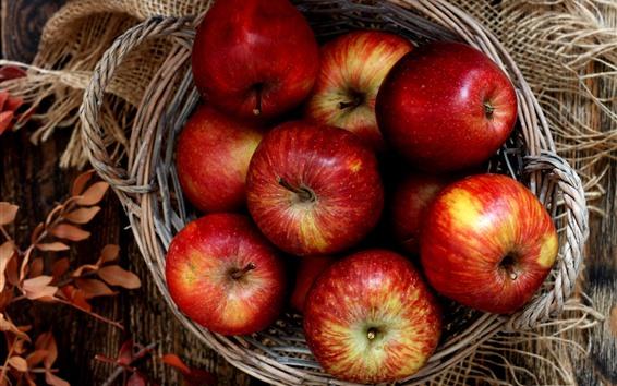 Papéis de Parede Algumas maçãs maduras vermelhas, cesta, folhas