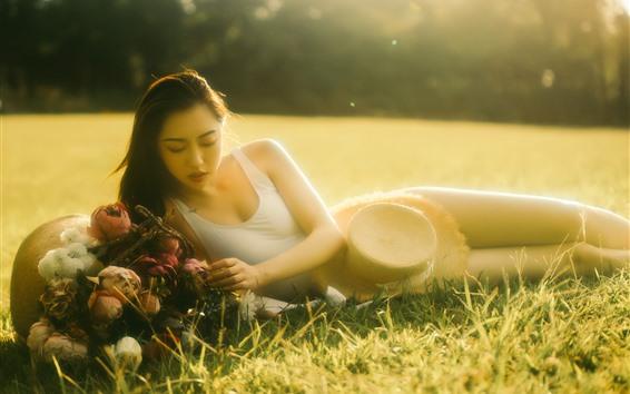 Fondos de pantalla Chica asiática, bajo el sol, césped, verano, brumosa.