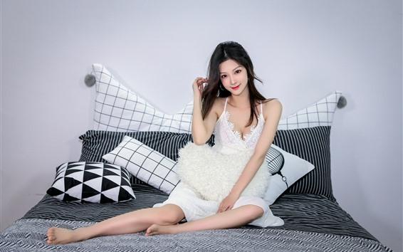 Fondos de pantalla Hermosa chica asiática, sonrisa, cama, almohada.