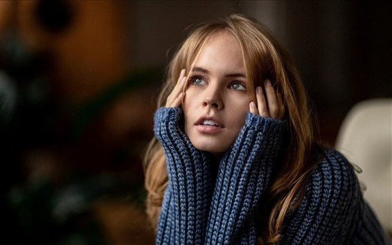 Обои Блондинка, свитер, руки, взгляд