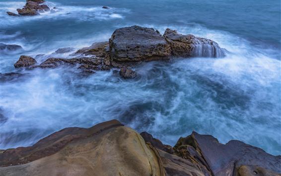 Fondos de pantalla Mar azul, rocas, chorro de agua