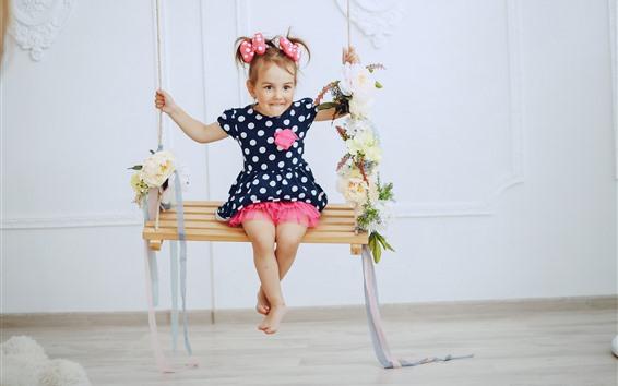 Fond d'écran Jolie petite fille s'asseoir sur la balançoire, heureuse, enfant