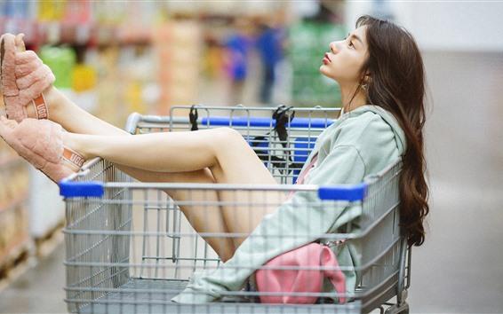 Papéis de Parede A menina senta-se no carro de compra
