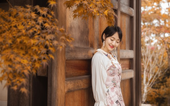 Fondos de pantalla Feliz chica asiática, puerta, hojas, otoño