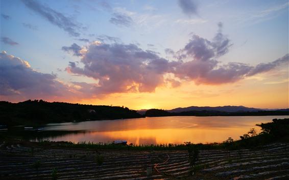 Fondos de pantalla Lago, agua, puesta de sol, tierras de cultivo, cielo, nubes.