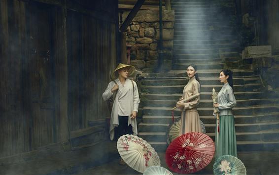 Fondos de pantalla Chicas de estilo retro y hombre, paraguas, niebla, pueblo