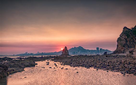 Fondos de pantalla Río, rocas, gente, agua, ciudad, puesta de sol
