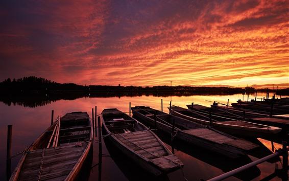 Fondos de pantalla Atardecer, río, canoas, barcos, cielo rojo