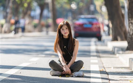 Papéis de Parede Menina asiática sente-se na rua