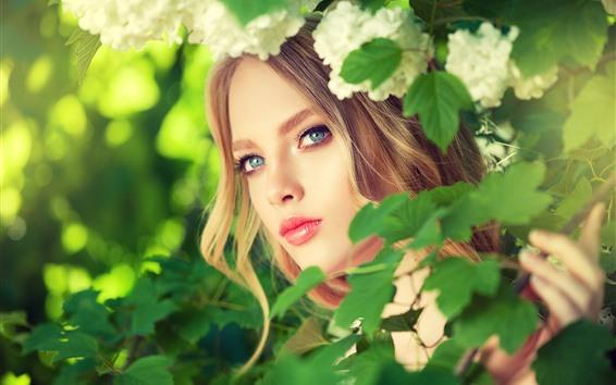 Fondos de pantalla Chica rubia, ojos azules, hojas verdes, flores.
