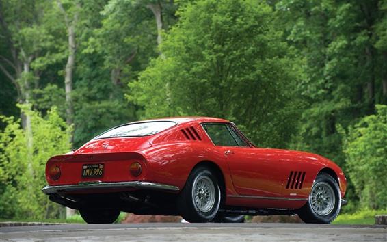 Обои Ferrari красный классический автомобиль вид сзади, зеленые деревья