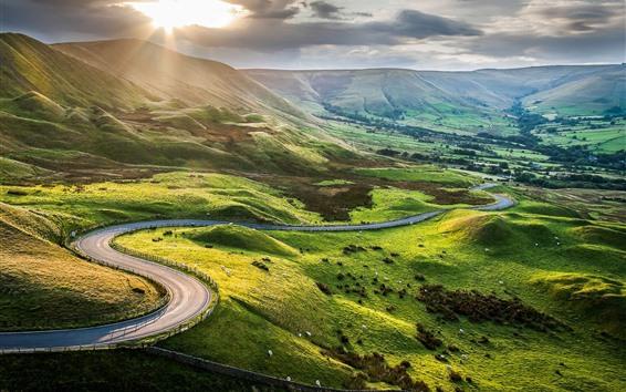 壁紙 丘、緑、道路、雲、太陽光線