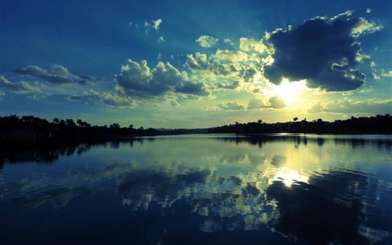 Fondos de pantalla Lago, agua clara, reflejo, cielo, nubes, rayos de sol.