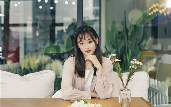 Fondos de pantalla Hermosa chica asiática joven, mesa, flores