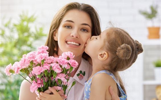 Обои Мать и дочь, любовный поцелуй, розовая гвоздика