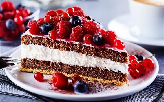 Papéis de Parede Uma fatia de bolo da fruta, uvas-do-monte, framboesas