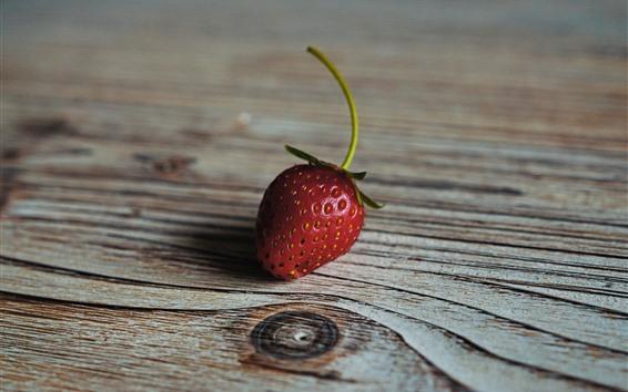Fond d'écran Une fraise, une planche de bois