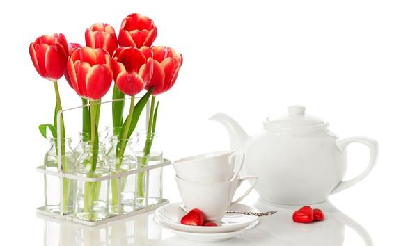 Fondos de pantalla Tulipanes rojos, tazas, hervidor.