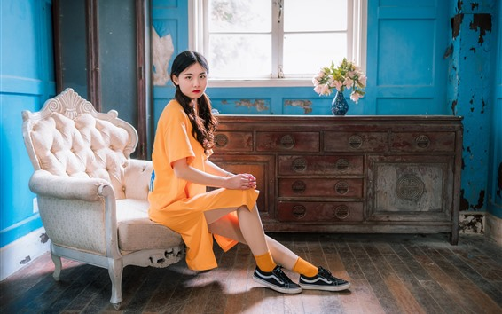Papéis de Parede Menina chinesa do estilo retro, vestido amarelo, cadeira, indicador, flores