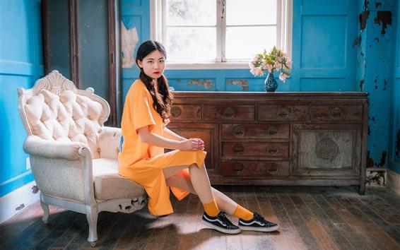Fondos de pantalla Estilo retro chica China, vestido amarillo, silla, ventana, flores