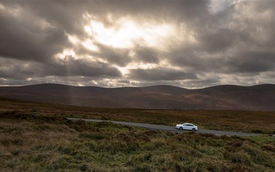 Papéis de Parede Estrada, grama, carro branco, nuvens