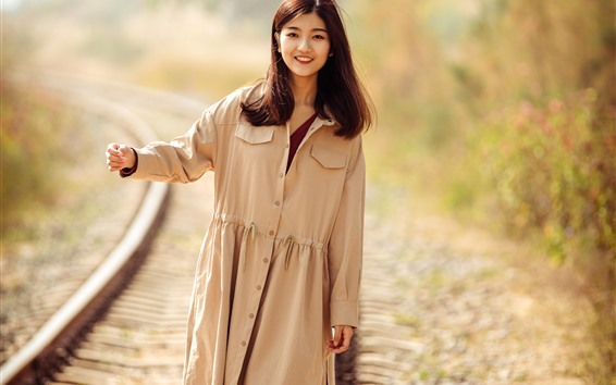 Fondos de pantalla Sonrisa chica asiática caminando en el ferrocarril