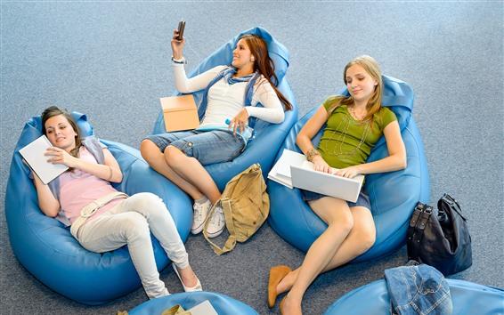 Fondos de pantalla Tres chicas jóvenes, descanso, sillas.