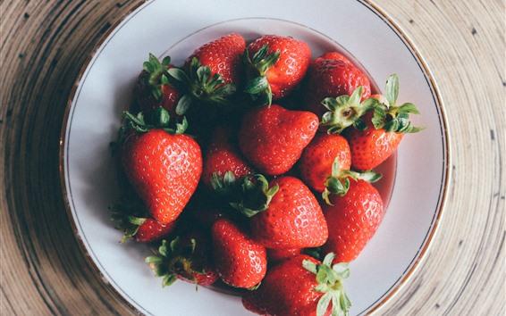 壁纸 一些草莓,盘子,树桩