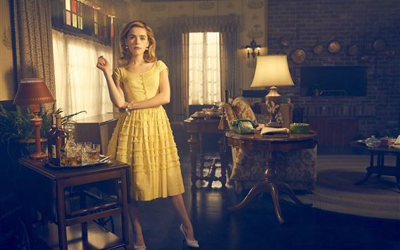 壁纸 金发女孩,黄裙子,房间内部