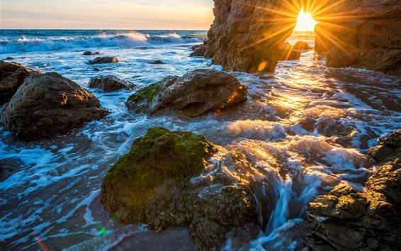 Fond d'écran Côte, mer, rochers, voûte, rayons du soleil, vagues de l'eau