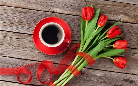 Papéis de Parede Um buquê de tulipas vermelhas, uma xícara de café