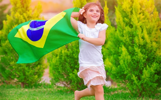 Обои Счастливая маленькая девочка, бег, трава, флаг