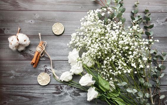Обои Белые розы, маленькие цветы