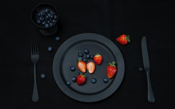 Обои Черная тарелка, клубника, черника, вилка, нож