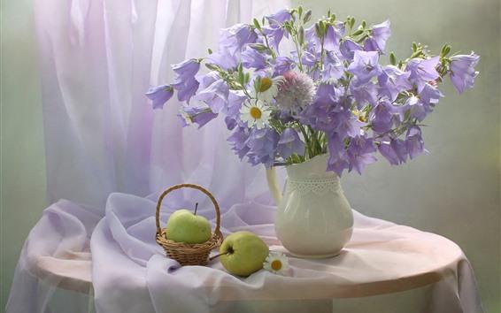 Fondos de pantalla Campanilla morada y manzanilla blanca, florero, manzana, pera.
