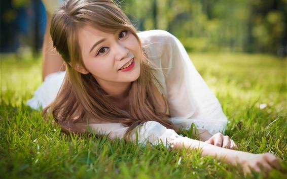 Fond d'écran Belle asiat, sourire, herbe, liberté