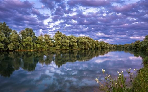 Papéis de Parede Árvores verdes, rio, nuvens, crepúsculo