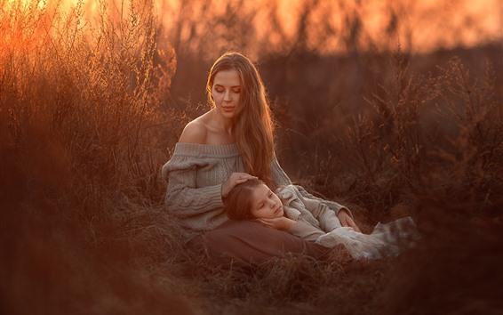 Fond d'écran Mère et fille, herbe, coucher soleil