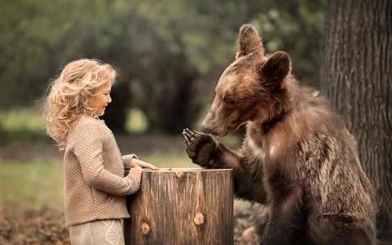 Обои Милая маленькая девочка и медведь играть в игру