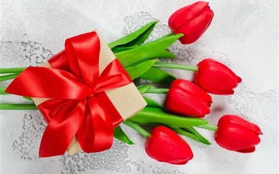 Papéis de Parede Presente e tulipas vermelhas