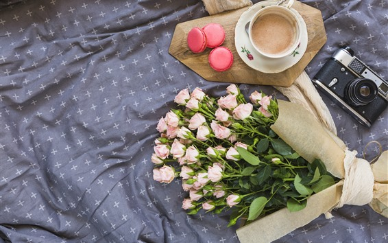 Обои Розовые розы, букет, пирожные, кофе, фотоаппарат