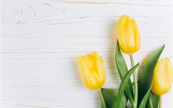 Papéis de Parede Três tulipas amarelas, folhas verdes, fundo de madeira