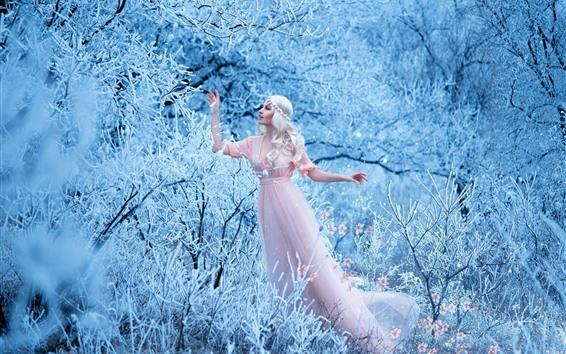 Papéis de Parede Menina de cabelos brancos, saia rosa, inverno, neve, árvores