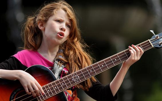 Fond d'écran Jolie petite fille joue de la guitare et chante