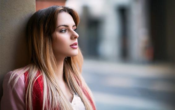 Fondos de pantalla Chica de pelo largo, mira, vista lateral, fondo brumoso