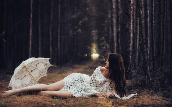 Papéis de Parede Menina de saia branca, guarda-chuva, árvores, pose