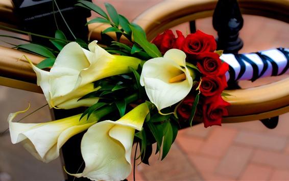 Обои Белые каллы и красные розы, букет