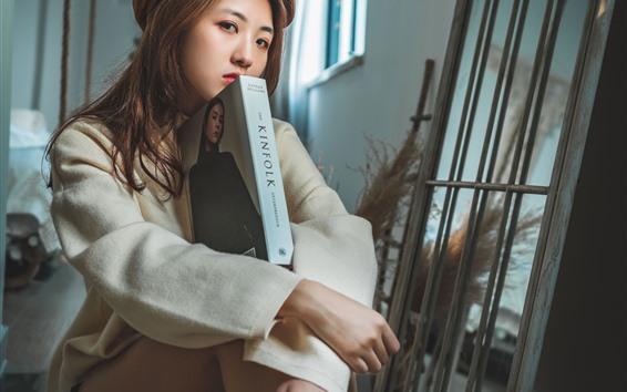 Papéis de Parede Menina asiática, sente-se no chão, livro, olhar